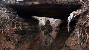 En ukrainsk soldat i en löpgrav