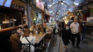 """Restaurang i Jerusalem. restauranger, barer och caféer har öppnats på nytt, och människor med """"grönt pass"""" får röra sig fritt. vaccine"""