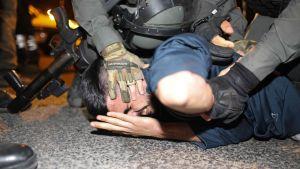 Israelisk polis griper palestinier i det palestinska området Sheikh Jarrah i östra Jerusalem. 4.5.2021