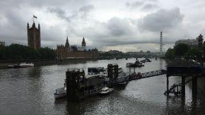 Grå moln över Themsen i London.