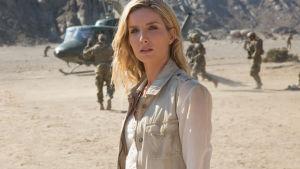 Arkeologen Jenny utanför en militärhelikopter.