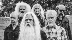 (text)Bandet Foo Fighters maskerade till gamla gubbar med vita långa skägg. Sex personer på bilden