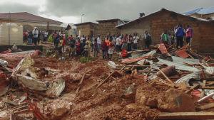 Förödelse efter lerskredet i Freetown.