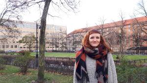 Alma Lehmuskallio står i en park i Tölö
