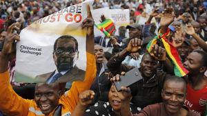 Människor samlas för att demonstrera mot president Robert Mugabe i Harare 18.11.2017.