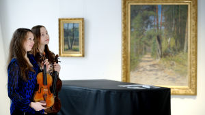 Leena Jaakkola ja Charles Gaillard- viulu vuodelta 1876, oikealla Riina Piirilä ja Leonhard Maussiell -alttoviulu vuodelta 1722