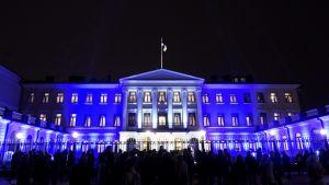 Presidentens slott i blå belysning med anledning av Finland 100.