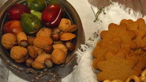Nötter och pepparkakor på julbordet i Borgå museum.