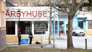 Poliser på vakt utanför tunnelbanestationen vid Vårby gård där två personer skadades i explosion.