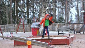 Donny leker på daghemmet Prästkragens gård i Prästkulla.