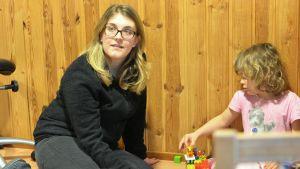 Närvårdare Antonia Sjöberg som arbetar på Prästkragen leker med Amanda.
