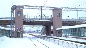 Karis järnvägsbro och järnvägsstation en vintrig dag.