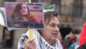 """Människa med skylt där det står """"Free Ahed""""."""