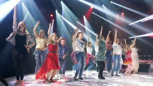 Finalister och dansare i MGP 2017 på scenen.