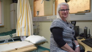 kvinna i mottagningsrum på sjukhus