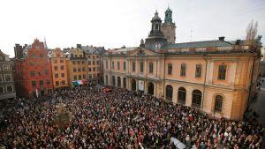 Demonstranter utanför Börshuset i Gamla stan, Stockholm, på torsdag kväll.