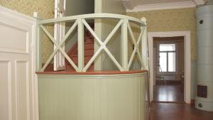En trappa i Villa Grantorp som leder upp till andra våningen.