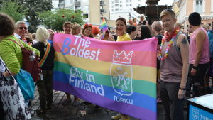 "Åbo stad har en regbågsflagga i åbo pride 2018 där man ändrat texten på ""the oldest city i Finland"" till ""the boldest city in Finland"""