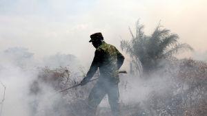 Sotilas sammuttaa suopaloa Indonesian Acehissa.