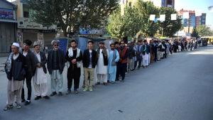 Kön till en vallokal i Afghanistans huvudstad Kabul på lördagen.
