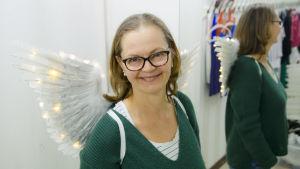 Ylen pukusuunnittelija Liisa Rihu valaistut enkelinsiivet selässään