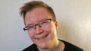 Sakris Uutela studerar medicin vid Läkis i Helsingfors. Han är också aktiv inom bland annat Invalidförbundet, Familjeförbundet och valdes nyligen till ordförande för Seta.. Hösten 2018.
