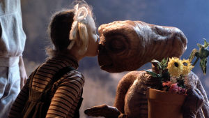 Drew Barrymore pussar E.T. i filmen E.T.the Extra-Terrestrial