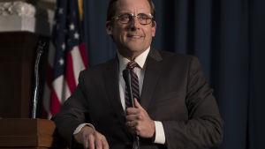 Steve Carell poserar vid en talarstol i rollen som Donald Rumsfeld.