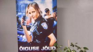 En affisch där den estniska polisen gör reklam för att den kämpar för rättvisan.