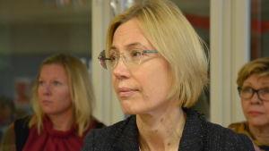 Liliane Kjellman, en dam med ljust hår och glasögon, är servicedirektör för svenskspråkig fostran och utbildning i Åbo stad.