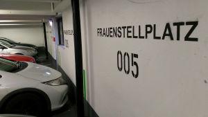 Parkeringsplats för kvinnor i ett parkeringshus