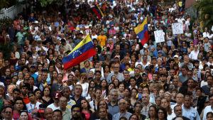 Juan Guaidó samlade en stor publik då han han talade i Caracas på söndagen.