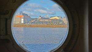Kabelfabriken genom ett fönster på fartyget m/s j.l. Runeberg