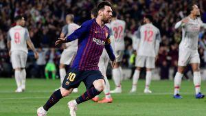 Lionel Messi springer och firar ett mål