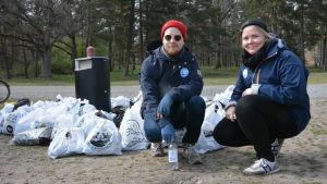 koordinatorerna atte lindqvist och julia jännäri från håll skärgården ren står framför allt skräp som samlats in vid runsala folkpark