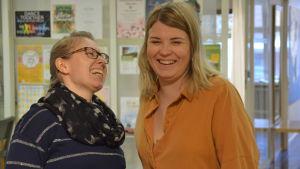 Två kvinnor skrattar tillsammans