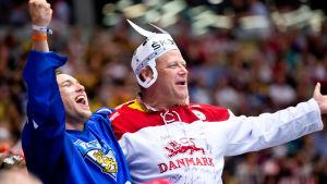 Förbrödning mellan finländsk och dansk supporter.