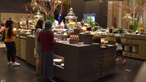 Ett buffébord med olika maträtter.