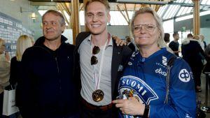 Kevin Lankinen med sin pappa Tomi Lankinen och sin mamma Christa Grönlund.