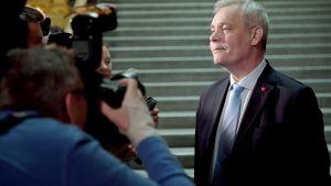 Antti Rinne ser nöjd ut framför kameror.