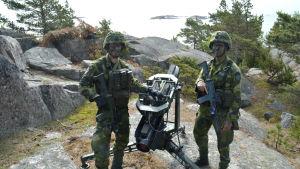 militärer invid kustrobot