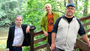 tre män på en åskådarläktare