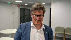 Rurik Ahlberg, kommundirektör i Korsholm, tittar in i kameran.