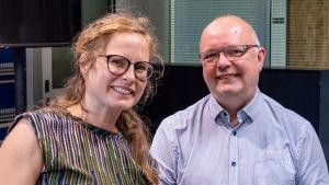 En kvinna och en man i en radiostudio.
