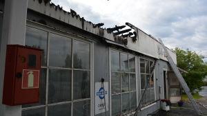 Bensinstation där taket brunnit.