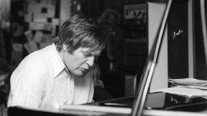 Claes Andersson vid en flygel 1980.