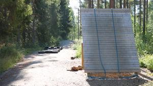 Ett träplank med två rep hängande över planket.