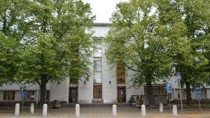Vasa huvudbibliotek fotograferat från utsidan med grönskande lindar omkring.