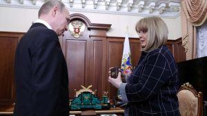 Den centrala valkommittens ordförande Ella Pamfilova ses här tillsammans med President Vladimir Putin. Bilden är tagen i Kreml, april 2018.