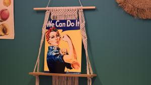 """Den klassiksa affischen med  en kvinna med duk runt huvudet, blå skjorta och som visar sin biceps med texten """"we can do it"""""""
